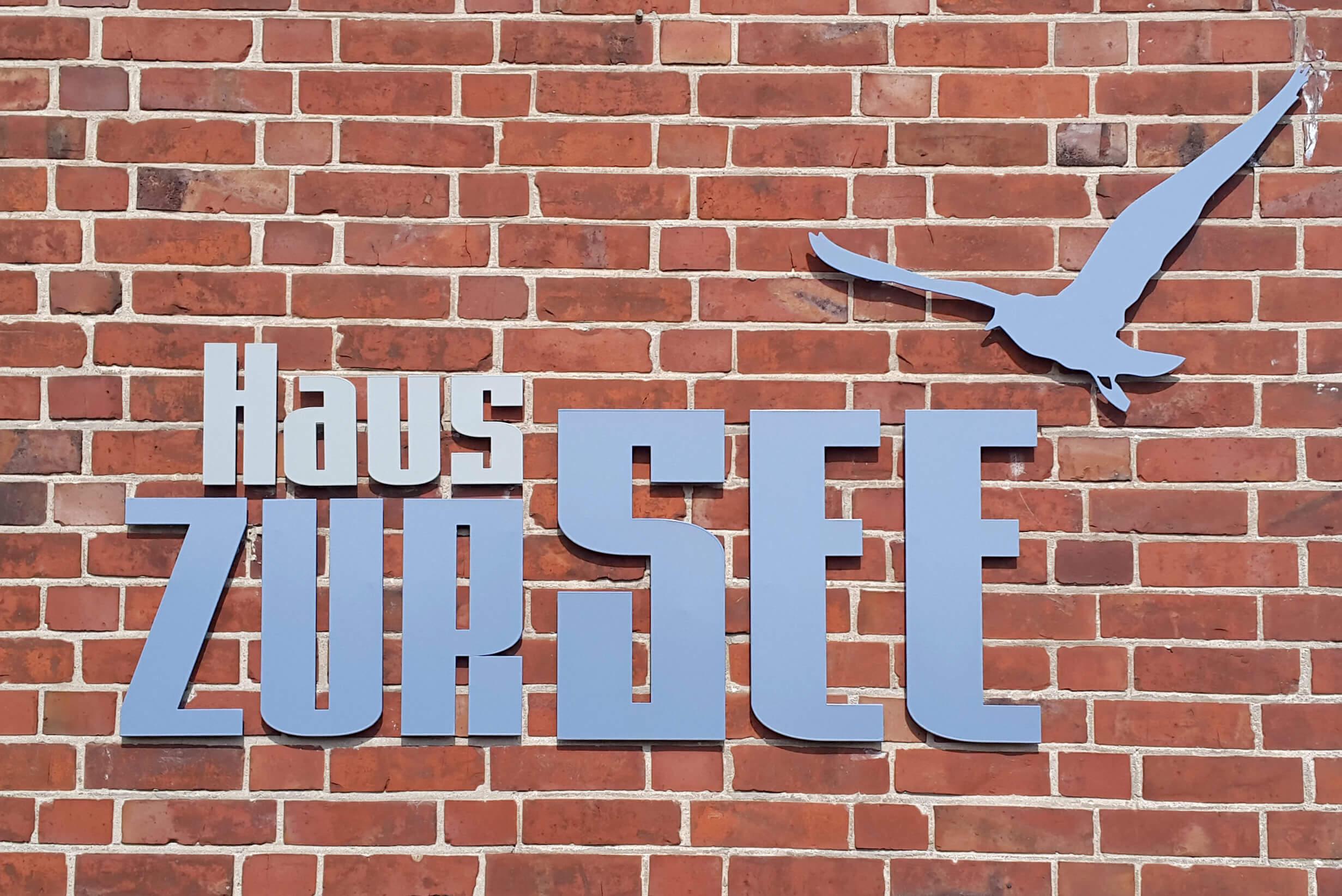 Werbung für Hotels an Fassaden