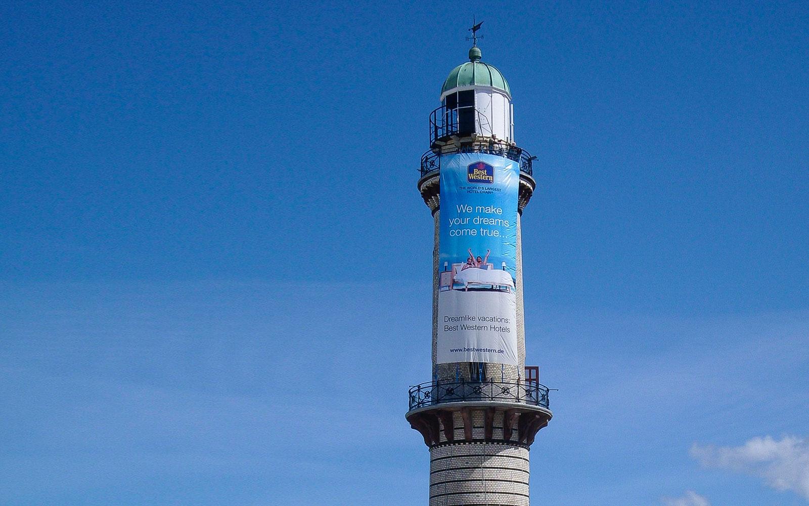 Außenwerbung mit Banner am Leuchtturm