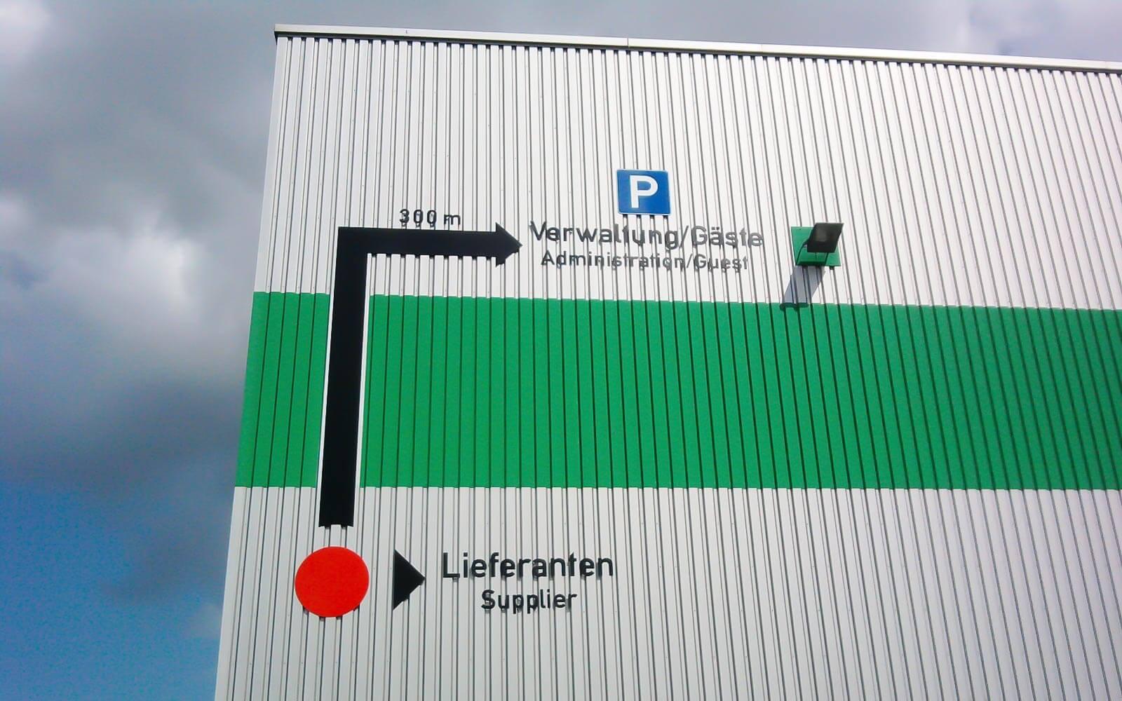 Schilder für Fassaden bieten wir natürlich auch