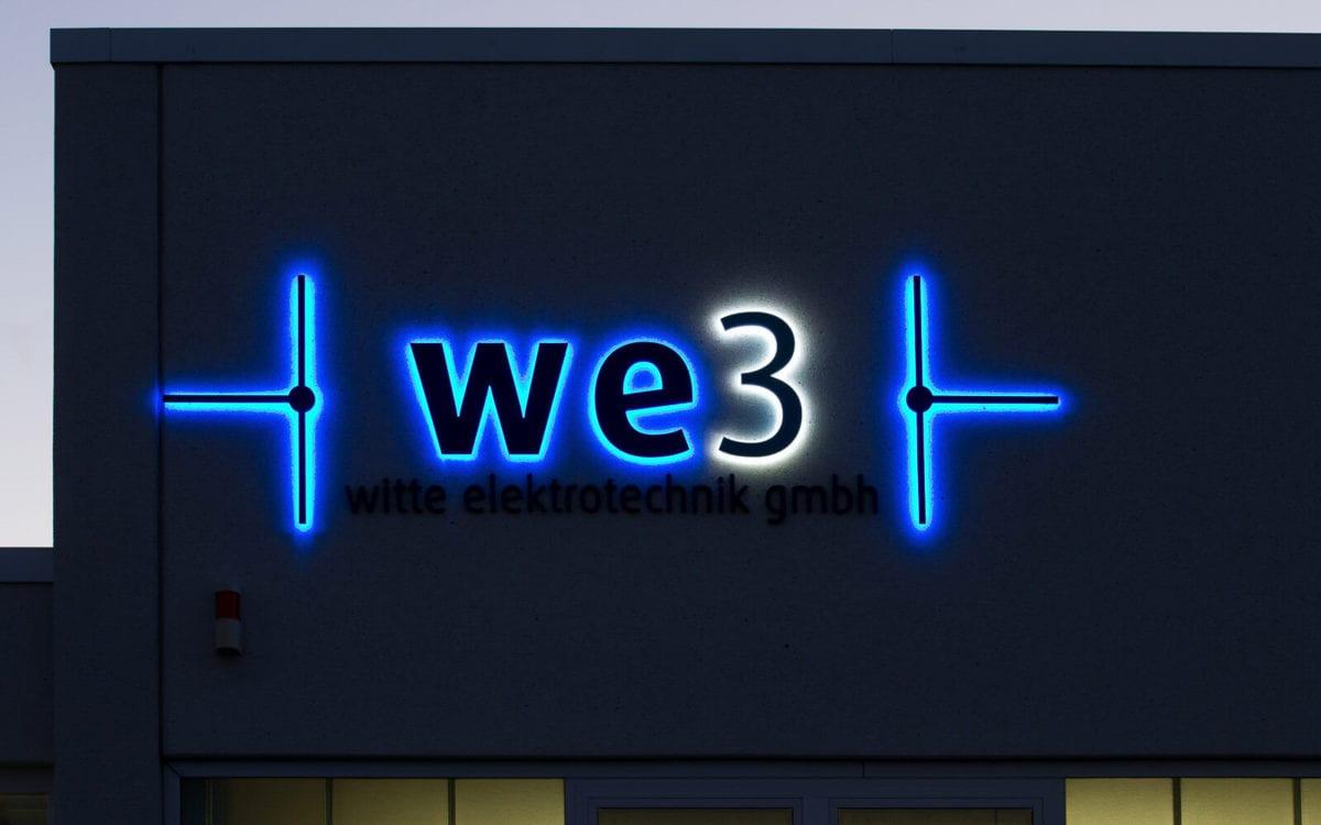 Leuchtreklame für WE3 in Rostock