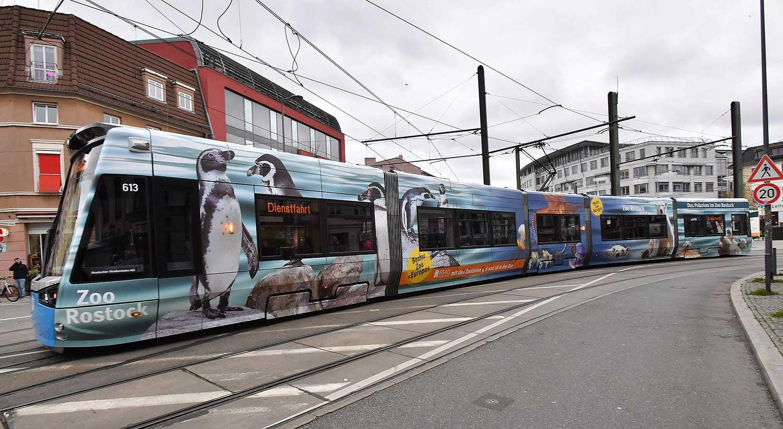Folierte Straßenbahn in der Stadt