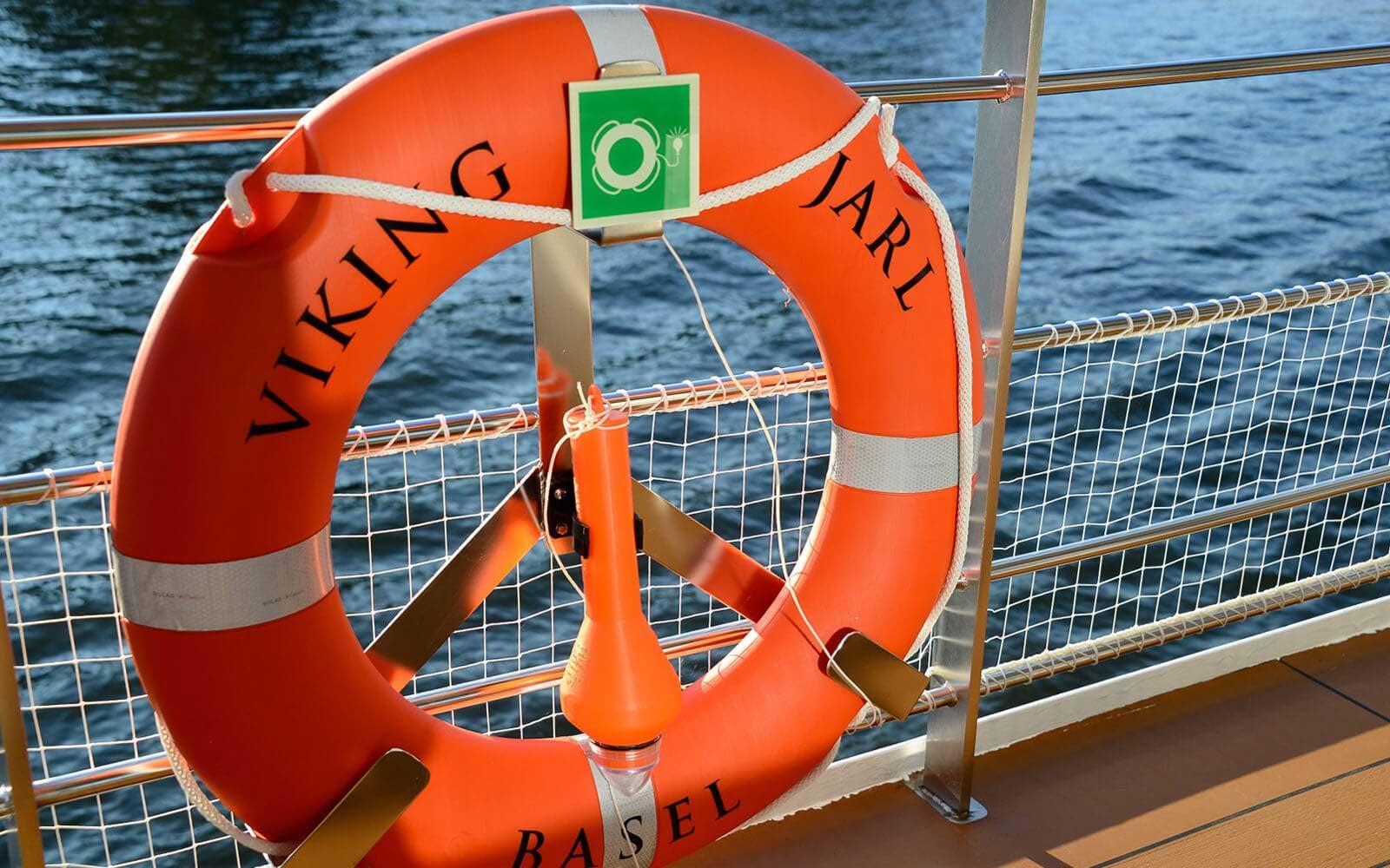 Sicherheitsbeschilderung eines Kreuzfahrtschiffes
